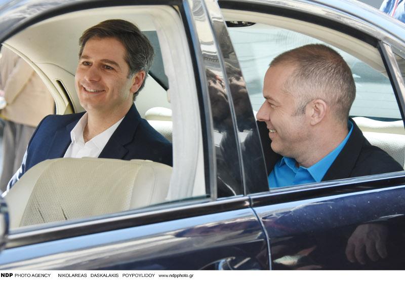 Ο Αλέξανδρος Μπουρδούμης και ο Χρήστος Λούλης μέσα στο αυτοκίνητο.
