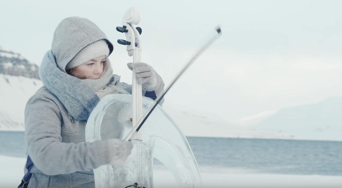 Μουσικός παίζει τσέλο κατασκευασμένο από πάγο.
