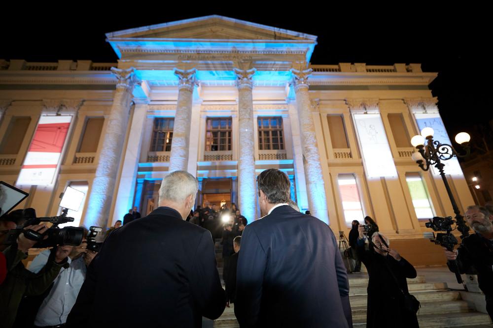 Μώραλης-Μητσοτάκης με φόντο το Δημοτικό Θέατρο Πειραιά