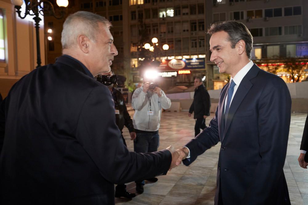 Ο δήμαρχος Πειραιά Γιάννης Μώραλης με τον Κυριάκο Μητσοτάκη