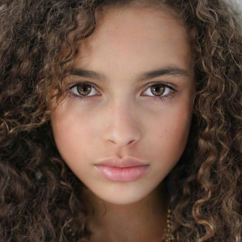 Κορίτσι με σγουρά μαλλιά κοντινό στο πρόσωπο