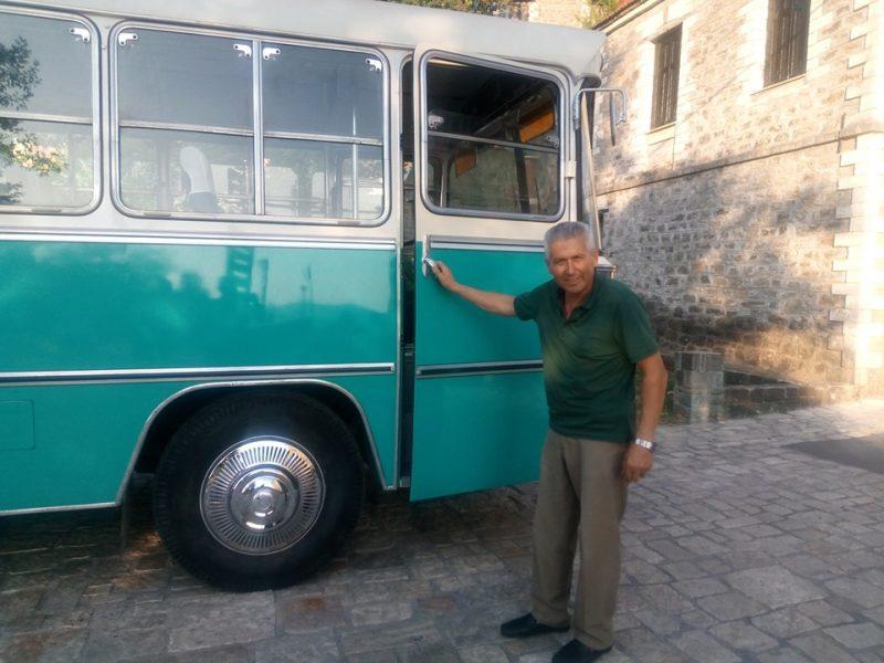 Ο κ. Λεωνίδας Ράμμος, που ανακαίνισε το λεωφορείο με μεράκι