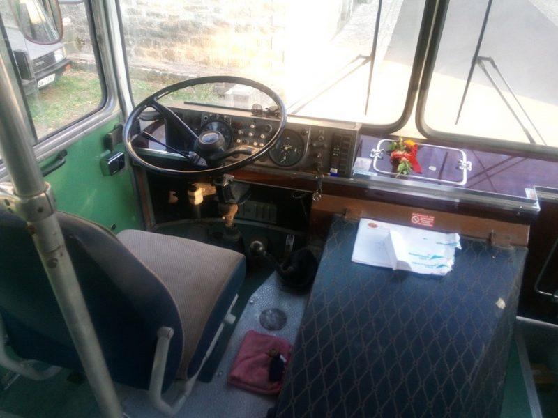 Η θέση του οδηγού στο παλιό λεωφορείο της Ναυπακτίας