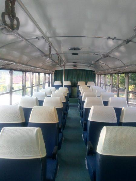 Το εσωτερικό του ανακαινισμένου πράσινου λεωφορείου της Ναυπακτίας