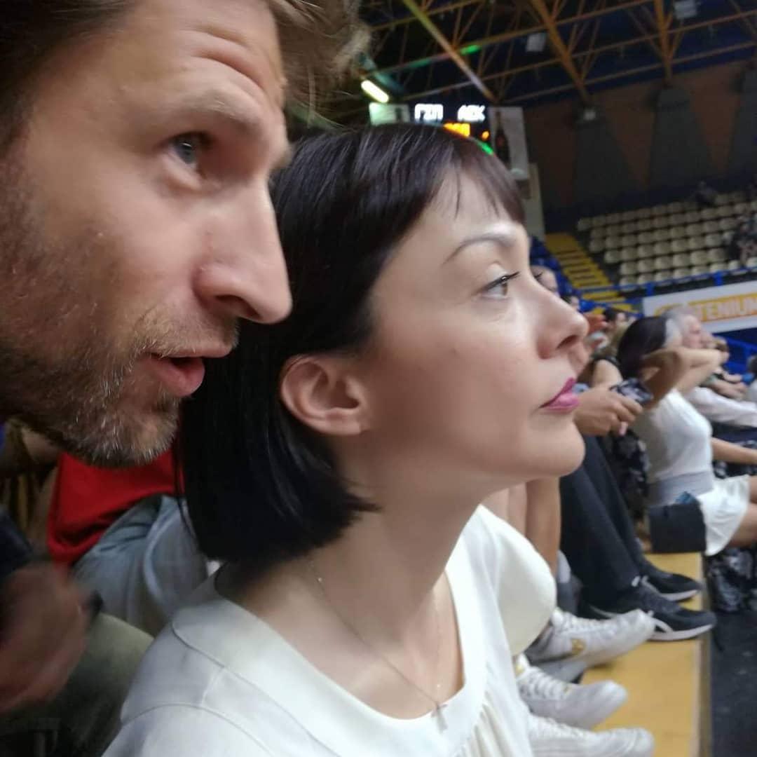 Η Νάντια Γιαννακοπούλου, βουλευτής ΚΙΝΑΛ με τον σύζυγό της Μάξιμο Μουμούρη