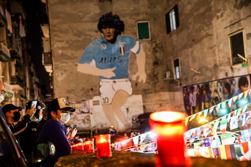 Στην Νάπολη ο Ντιέγκο είναι παντού και σήμερα άναψαν κεριά στη μνήμη του