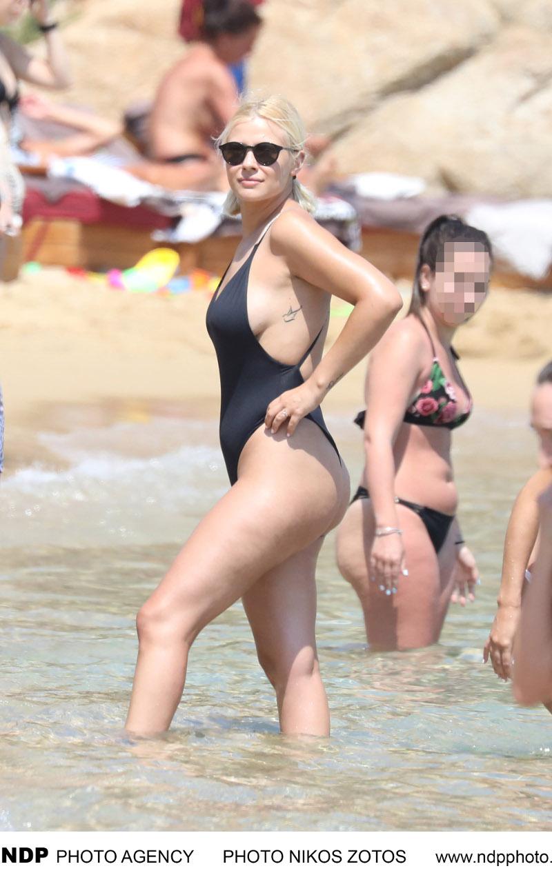 Η Λάουρα Νάργες σε παραλία της Μυκόνου / Φωτογραφία: NDP
