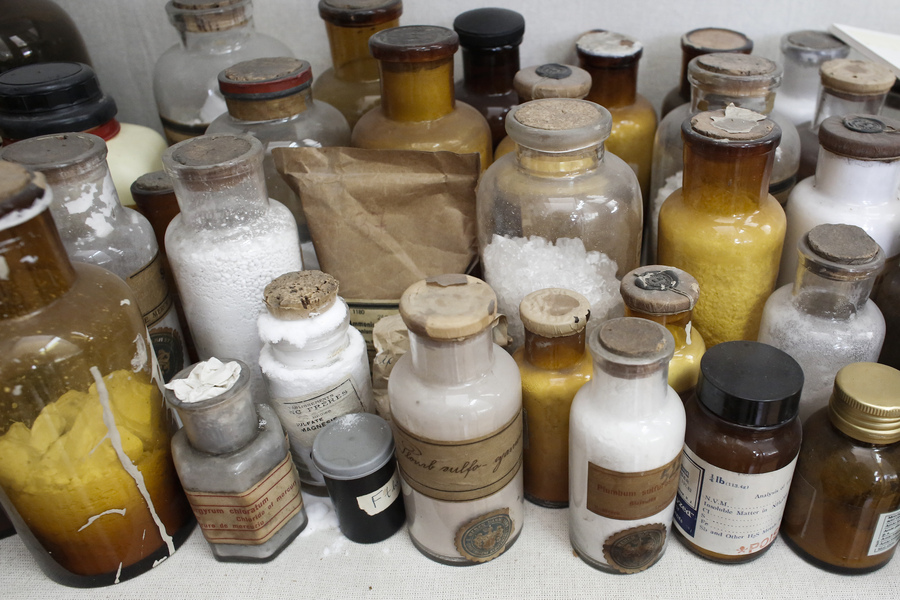 Φωτογραφία που δόθηκε σήμερα στην δημοσιότητα εικονίζει διάφορους τύπους ναρκωτικών ουσιών και αποτελούν εκθέματα του Εγκληματολογικού Μουσείου