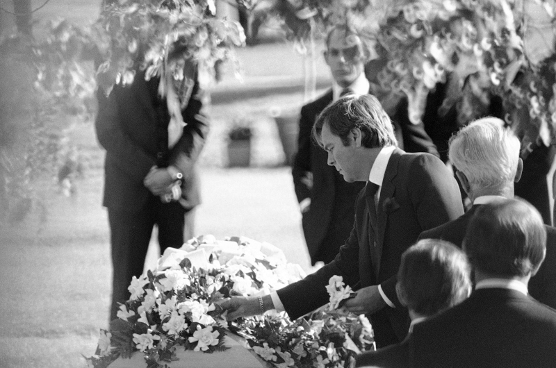 Διάσημα ονόματα του Χόλιγουντ έδωσαν το παρών στην κηδεία της. Εδώ ο σύζυγός της, χαϊδεύει για τελευταία φορά το φέρετρο