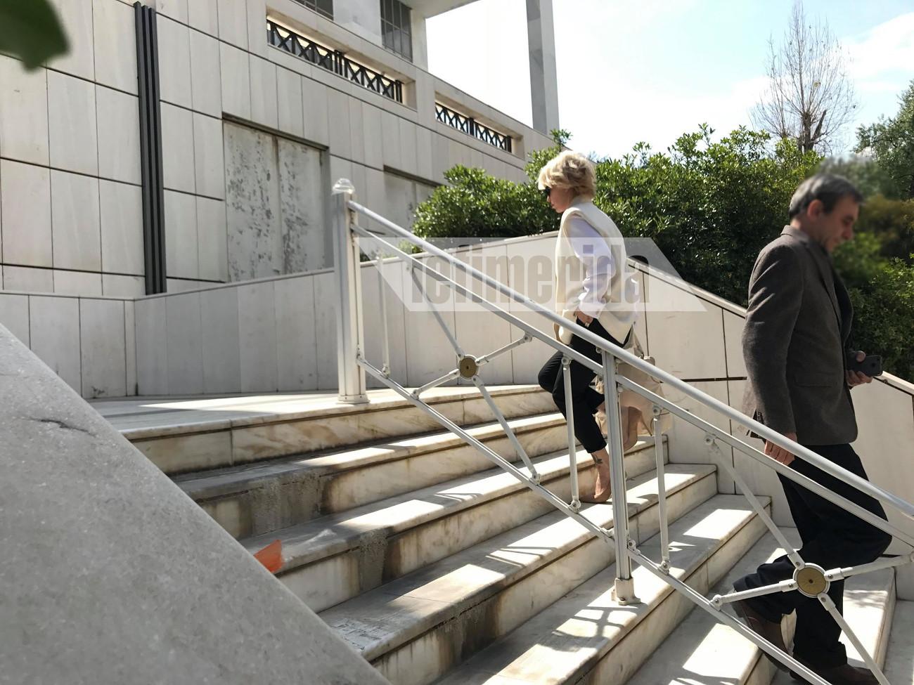 Στα σκαλιά του Εφετείου για να βρεθεί στο πλευρό του Αλέξανδρου Λυκουρέζου η Νατάσα Καλογρίδη
