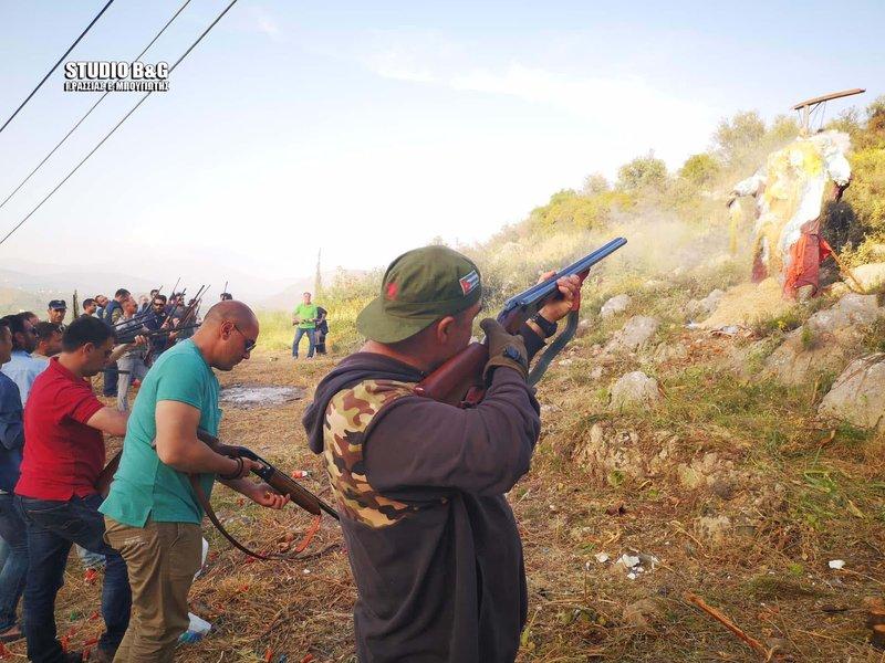 Οπλοφόροι πυροβολούν με καραμπίνες το ομοίωμα του Ιούδα στο χωριό Ασίνη του δήμου Ναυπλιέων