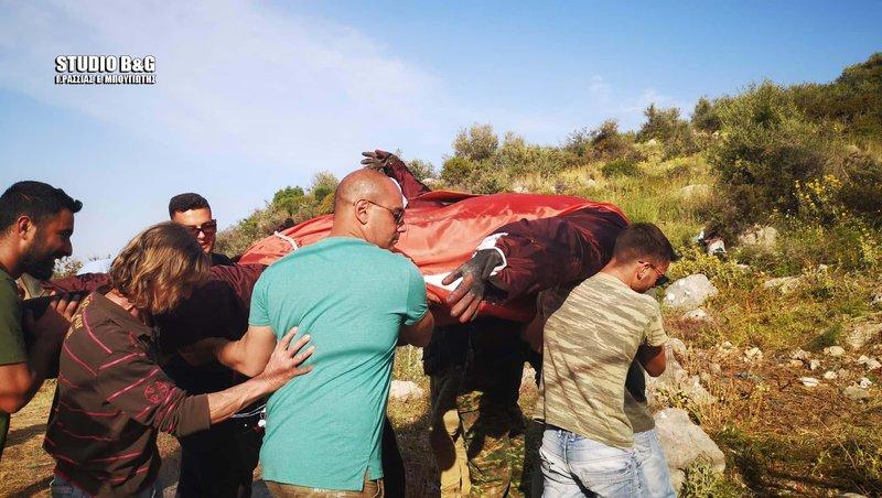 Κάτοικοι κουβαλούν το ομοίωμα του Ιούδα στο σημείο της... εκτέλεσης