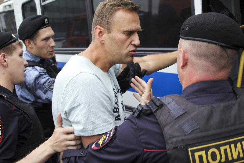 Ο Αλεξέι Ναβάλνι με αστυνομικούς