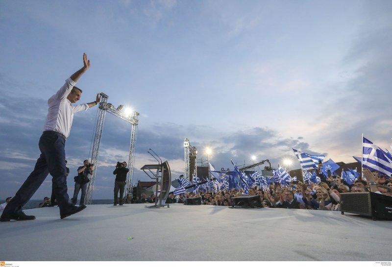 Ο Κυριάκος Μητσοτάκης ανεβαίνει στην εξέδρα της συγκέντρωσης στη Θεσσαλονίκη