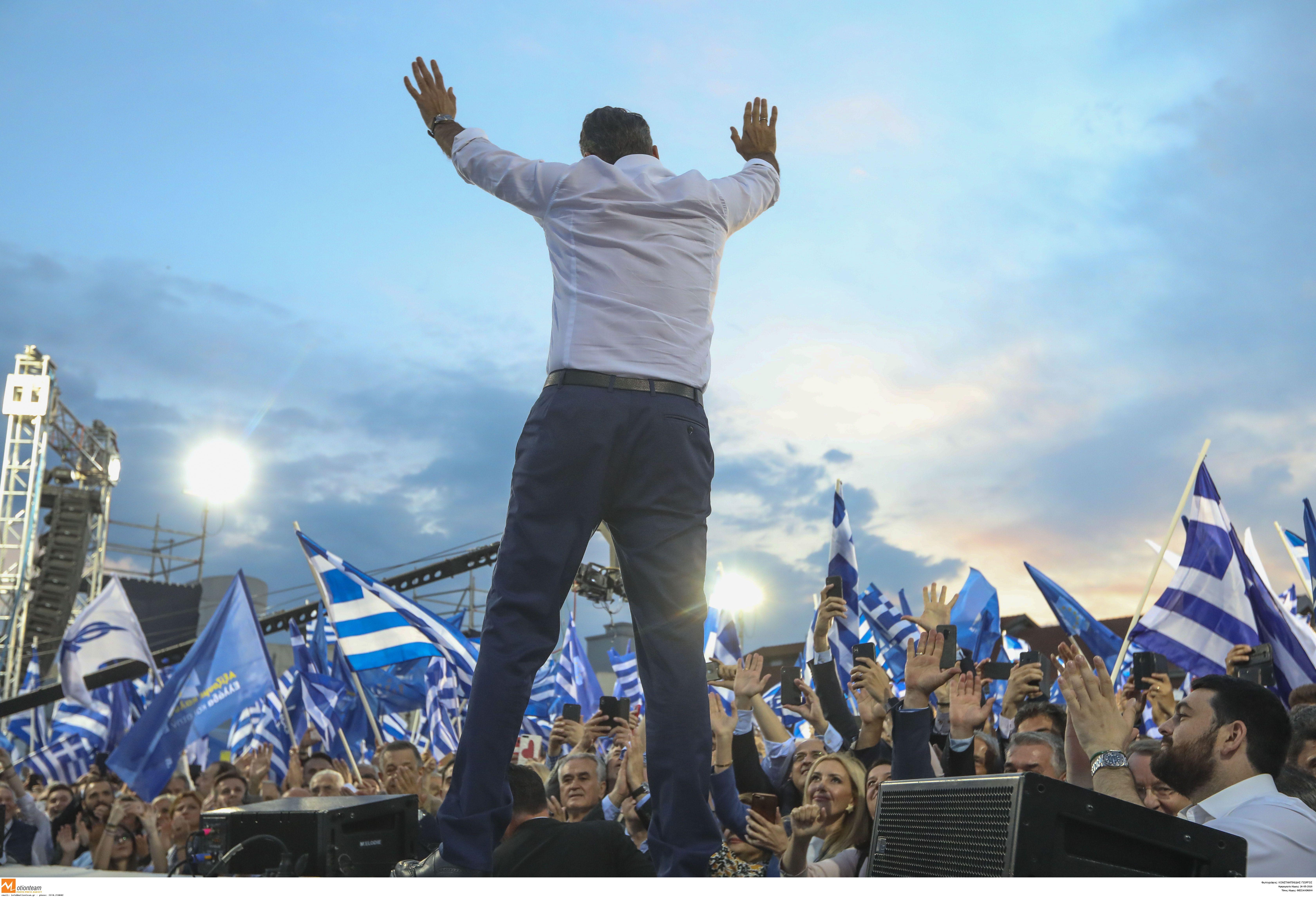 Ο Κυριάκος Μητσοτάκης χαιρετά τα πλήθη στη Θεσσαλονίκη