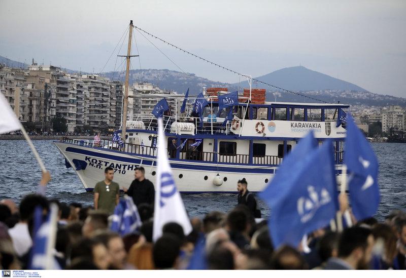 Με σημαίες της Νέας Δημοκρατίας παρακολουθούν την ομιλία του Κυριάκου Μητσοτάκη από πλοίο στο λιμάνι της Θεσσαλονίκης