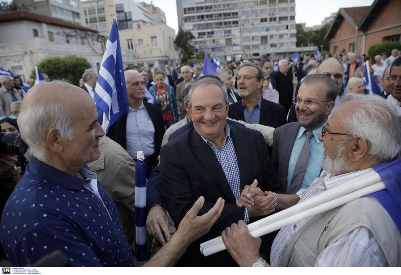 Ο πρώην πρωθυπουργός ανάμεσα στους πολίτες που βρέθηκαν στη συγκέντρωση του Κυριάκου Μητσοτάκη στη Θεσσαλονίκη