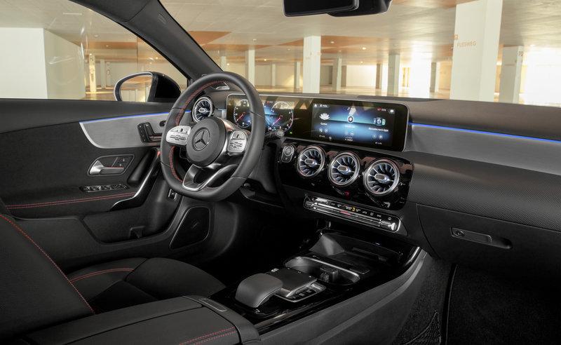 Ο οδηγός ή ο συνεπιβάτης μπορεί να εκμεταλλευτούν τις δυνατότητες των εφαρμογών μέσω της φράσης «Hey Mercedes»