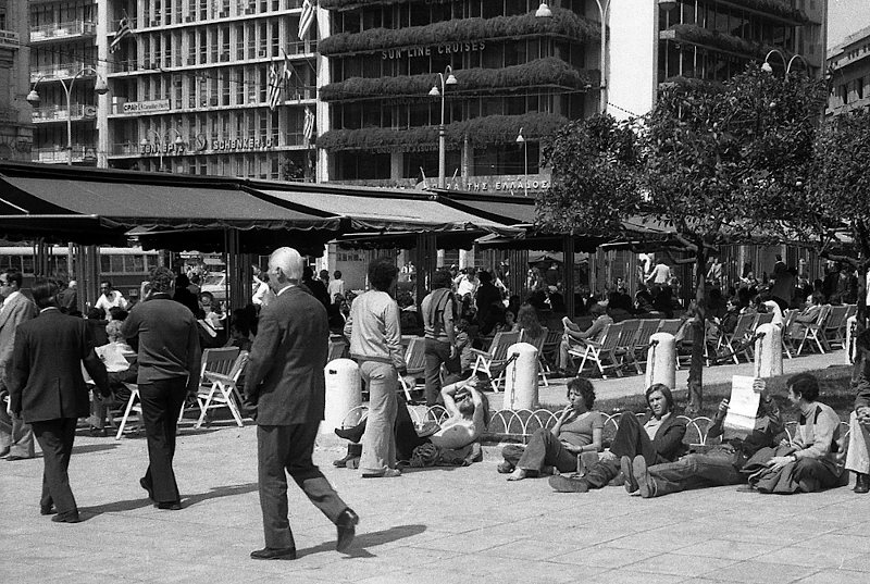 Πλατεία Συντάγματος, και μια σειρά νεαρών λιάζονται ξαπλωμένοι (1975).