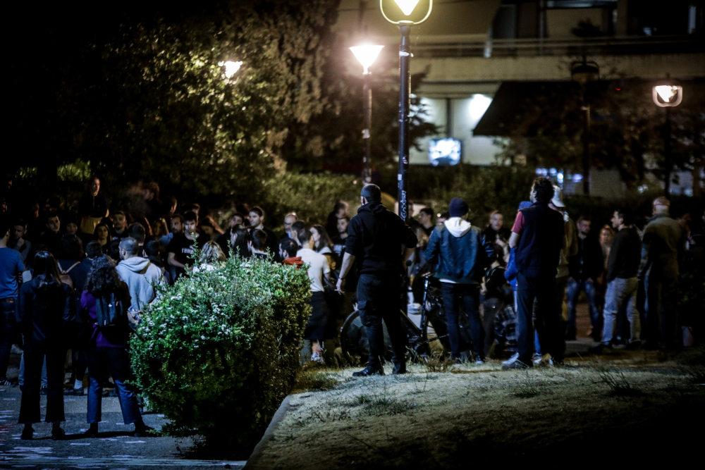 Δεκάδες νεαροί συγκεντρώθηκαν στην πλατεία Αγίου Ιωάννου στην Αγία Παρασκευή παρά τις συστάσεις των Αρχών