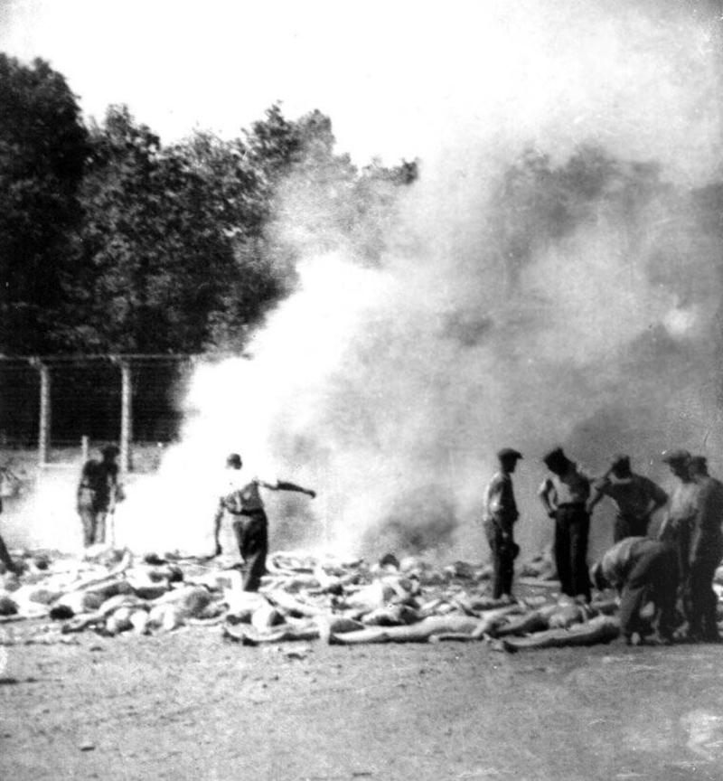 Ζοντερκομάντος καίνε πτώματα στο Άουσβιτς.