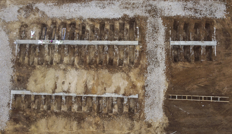 Πανοραμική άποψη τμήματος νεκροταφείου στη Θεσσαλονίκη, έτοιμο για τα θύματα κορωνοϊού