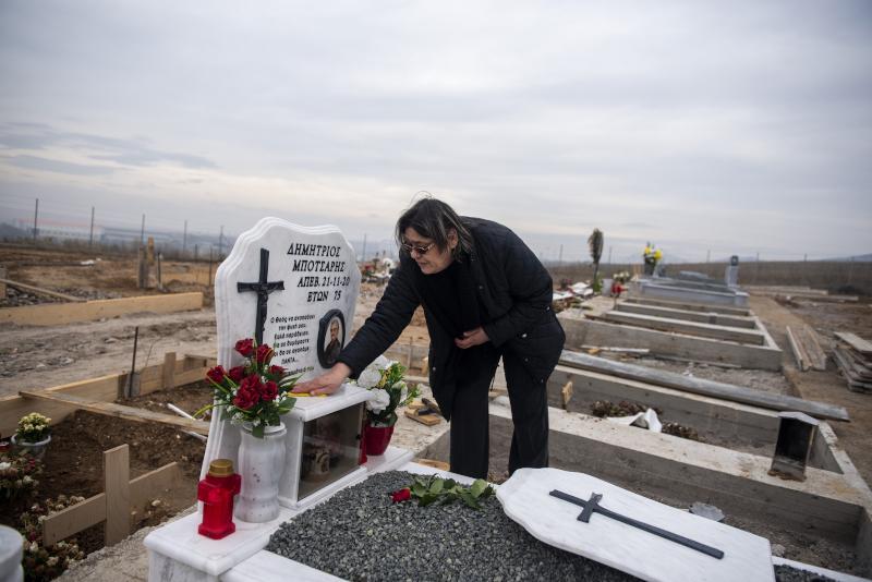 Η Χρυσάνθη Μπότσαρη καθαρίζει τον τάφο του συζύγου της