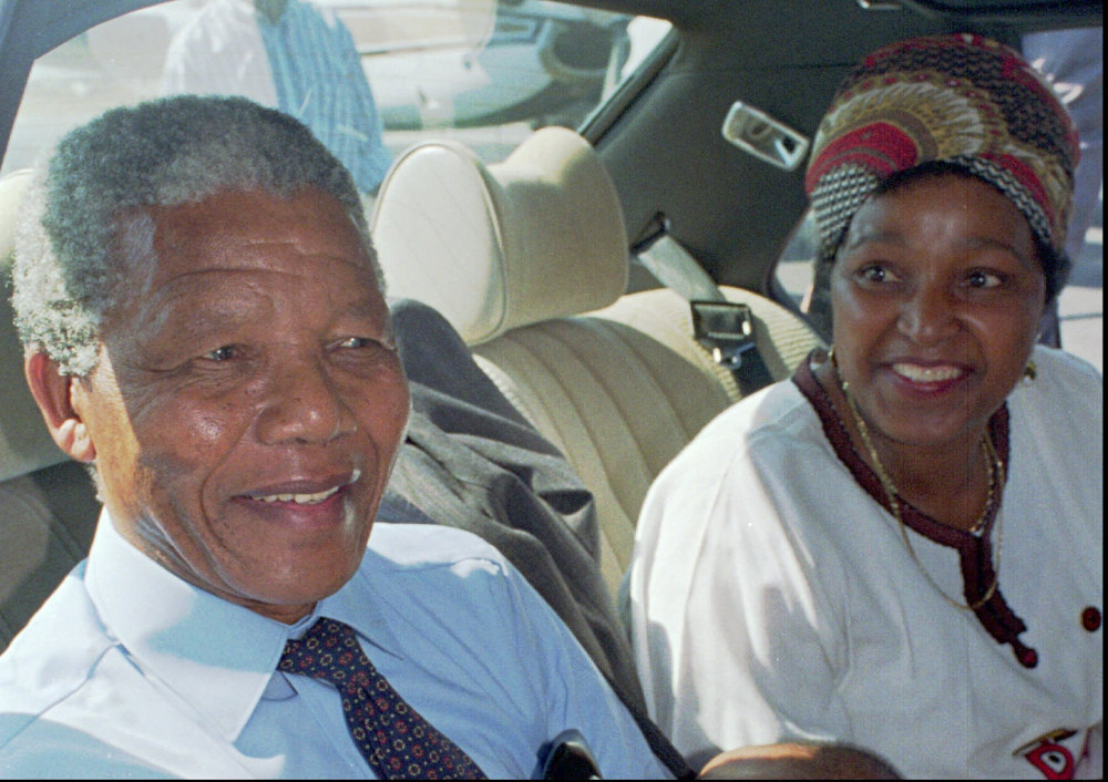 Ο Νέλσον Μαντέλα πλάι στη σύζυγό του Ουίνι την ημέρα της απελευθέρωσής του έπειτα από 27 χρόνια