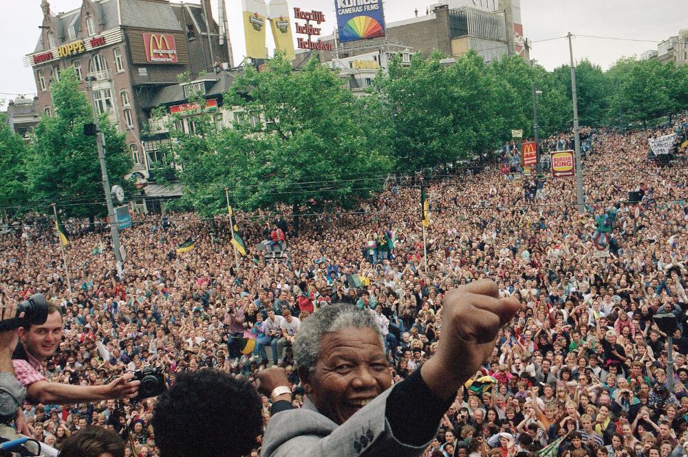 Ο Νέλσον Μαντέλα υψώνει τη γροθιά μπροστά στο συγκεντρωμένο  πλήθος 15.000 ανθρώπων στο Αμστερνατμ