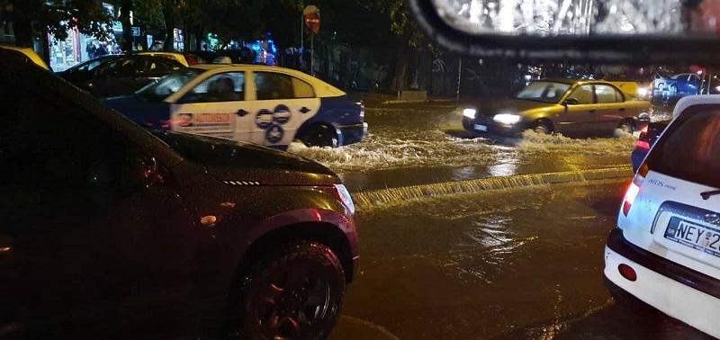 Τεράστια η ποσότητα του νερού στους δρόμους στη Θεσσαλονίκη το βράδυ της Τρίτης