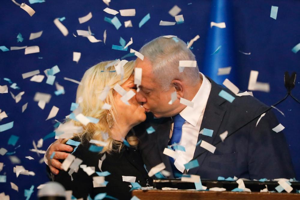 Ο Νετανιάχου φιλάει την γυναίκα του