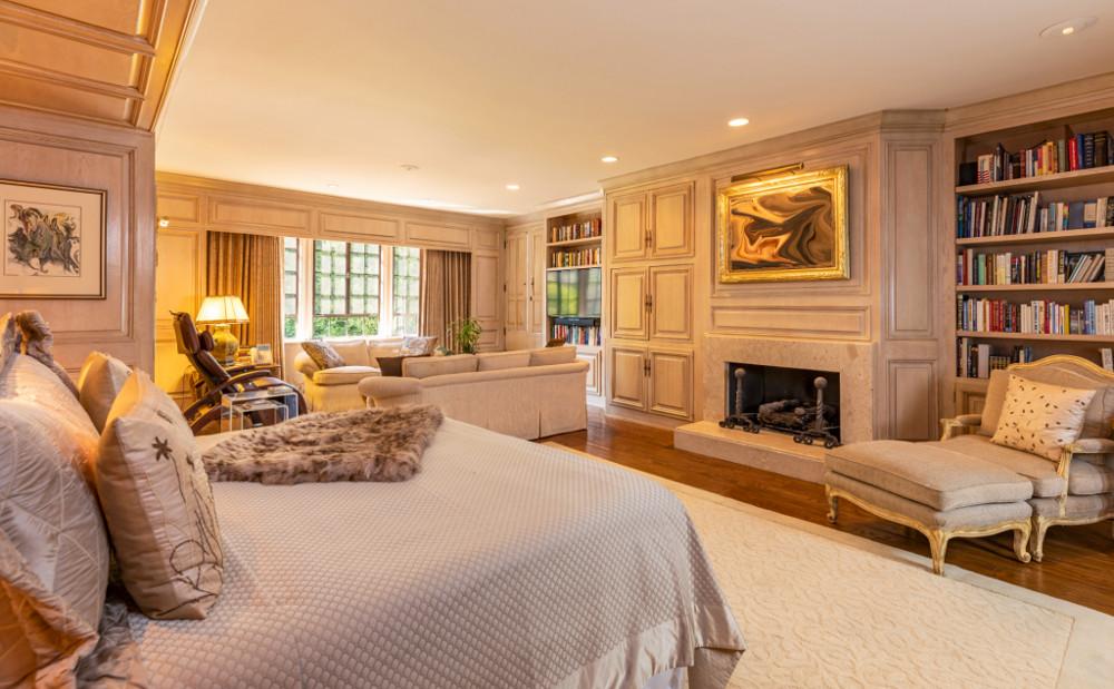Κρεβατοκάμαρα με μαρμάρινο τζάκι στο κέντρο του δωματίου