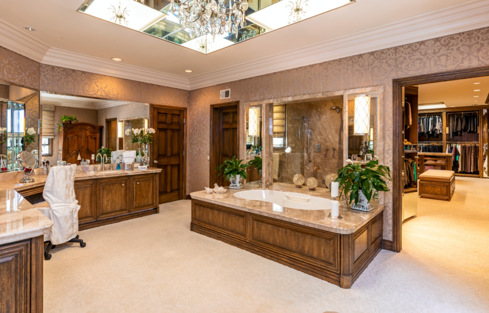 ΠΟλυτελές μπάνιο με μαρμάρινη μπανιέρα