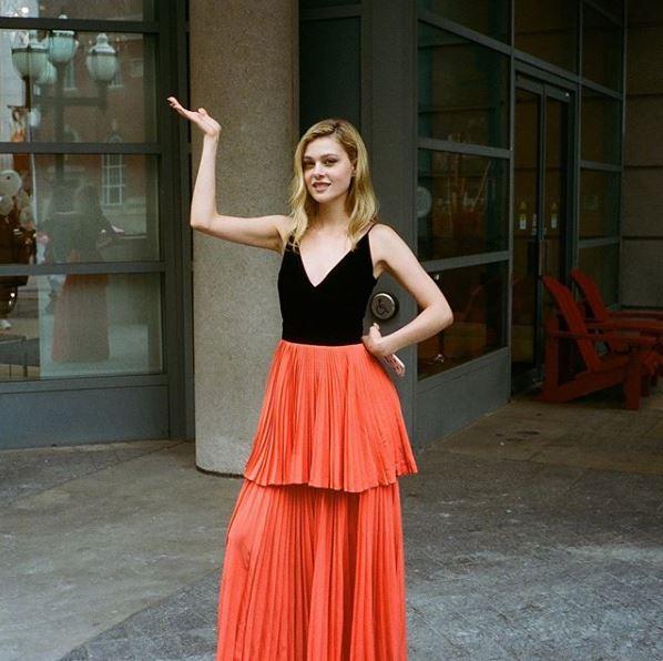 Νλίκολα Πελτζ με κόκκινη φούστα