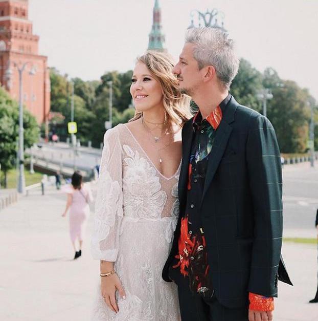 Η νύφη με το ημιδιάφανο νυφικό και ο γαμπρός με το ομολογουμένως αταίριαστο για γάμο, πουκάμισο