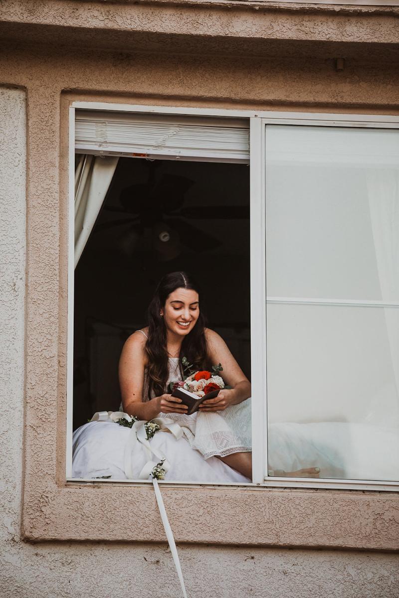 Η νύφη διαβάζει τους όρκους της από το παράθυρο του σπιτιού