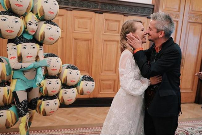 Ο γαμπρός και η νύφη με το ημιδιάφανο νυφικό, μετά την υπογραφή των επίσημων εγγράφων στο αρχείο μητρώων της Μόσχας