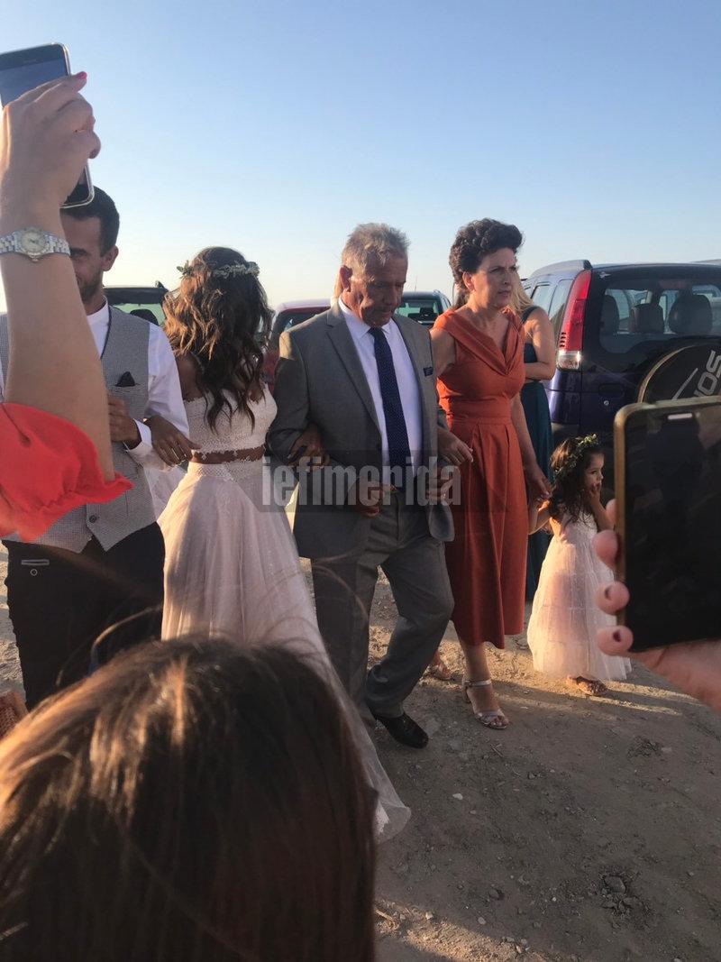 Την νύφη συνόδευσαν στην εκκλησία οι γονείς της