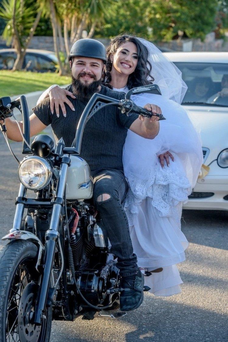 Στο πίσω μέρος μιας Χάρλεϊ η νύφη στην Χερσόνησο της Κρήτης