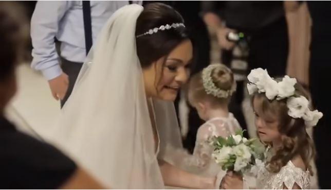 Τόσο η νύφη όσο και ο γαμπρός θέλησαν να τα χαιρετίσουν ένα ένα