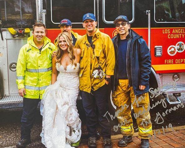 Νύφη ποζάρει με πυροσβέστες