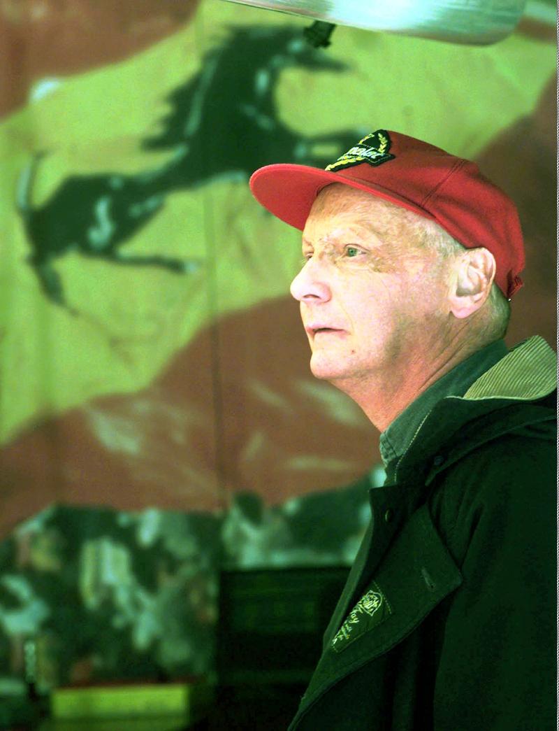 Ο Νίκι Λάουντα με κόκκινο καπέλο