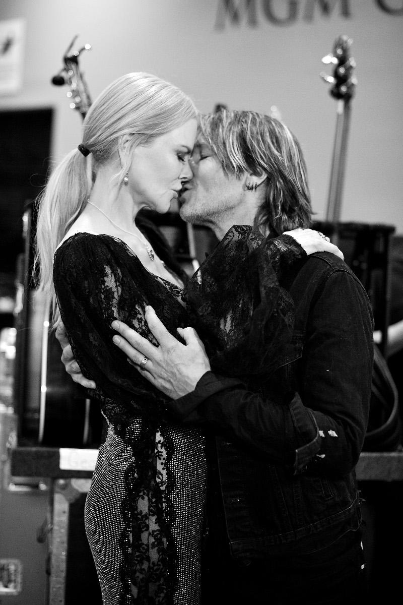 Ασπρόμαυρη φωτογραφία της Νικόλ Κίντμαν με τον Κιθ Ερμπαν. Τον φιλά στο στόμα.