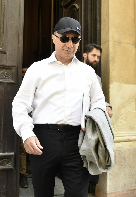 Ο Νίκολα Γκρούεφσκι με καπέλο και γυαλιά ηλίου, βγαίνει από το δικαστήριο