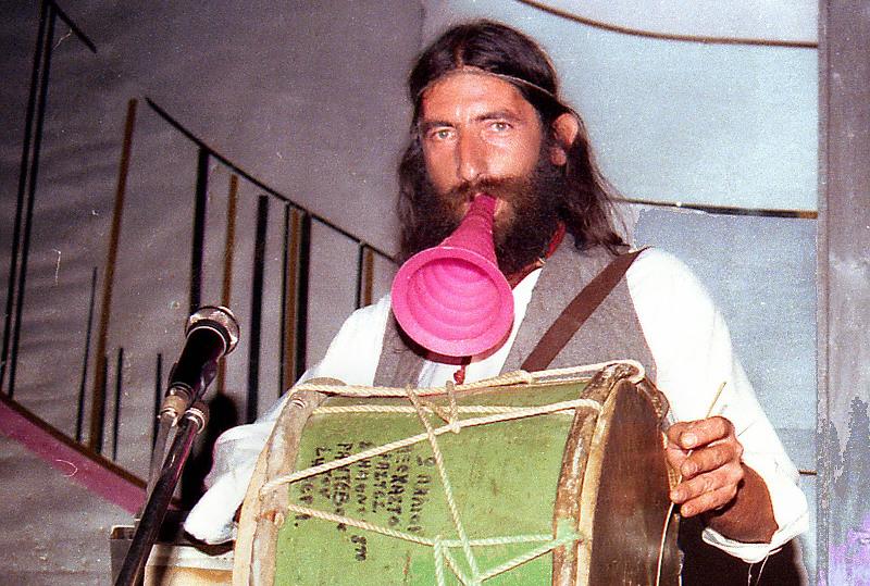 Ο Νικόλας Άσιμος σε συμβάν Κροκ στο αναψυκτήριο ΚΟΣΜΟΠΟΛΙΤΑΝ (1983)