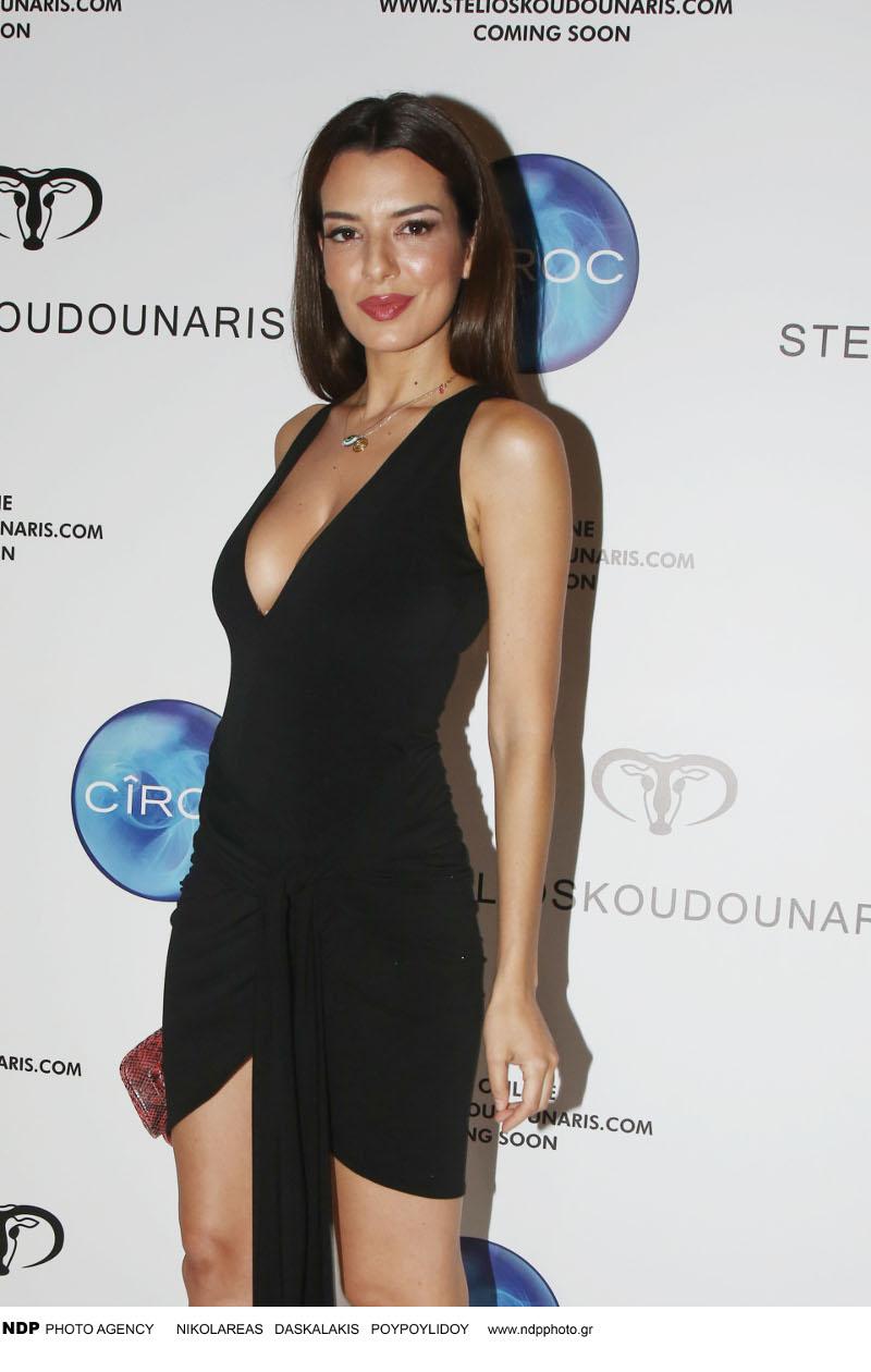 Η Νικολέττα Ράλλη με μίνι φόρεμα