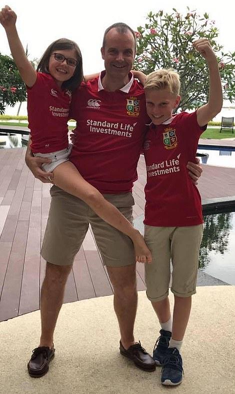 Πατέρας και δυο παιδιά πανηγυρίζουν φορώντας τη φανέλα της Λίβερπουλ