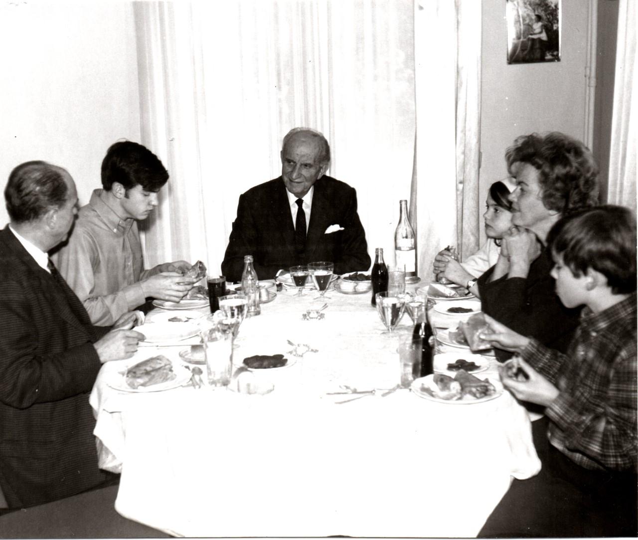Από αριστερά: Ανδρέας Παπανδρέου, Γιώργος Παπανδρέου, Γεώργιος Παπανδρέου. Δεξιά είναι η Σοφία, η Μαργαρίτα και ο Νίκος Παπανδρέου