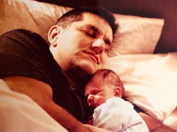 Ο Νίκος Πορτοκάλογλου αγκαλιά με τον νεογέννητο γιο του