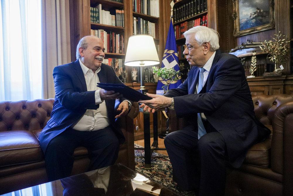 Ο Νίκος Βούτσης στο προεδρικό μέγαρο δίνει τα αποτελέσματα των βουλευτικών εκλογών στον Προκόπη Παυλόπουλο / Φωτογραφία: Eurokinissi